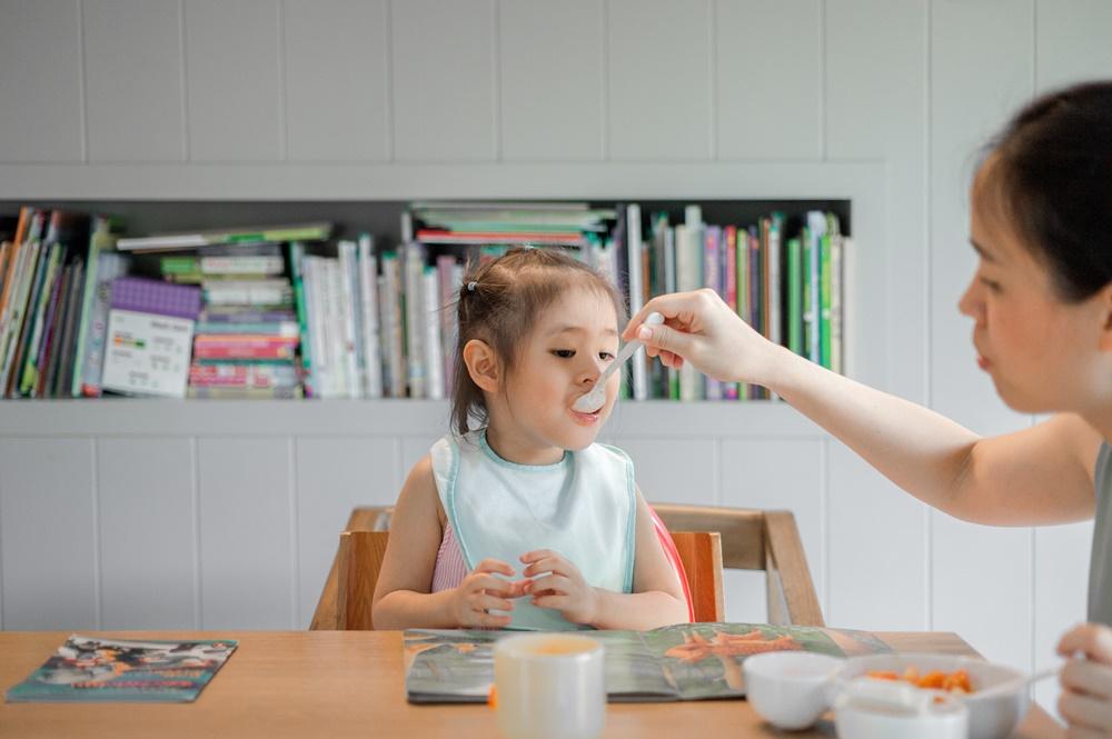 Dziecko jedzące z łyżeczki