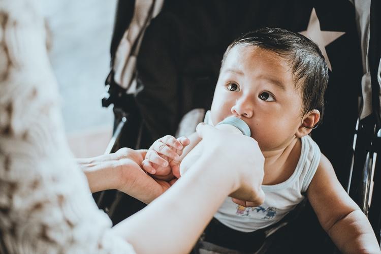 Dziecko-pije-mleko
